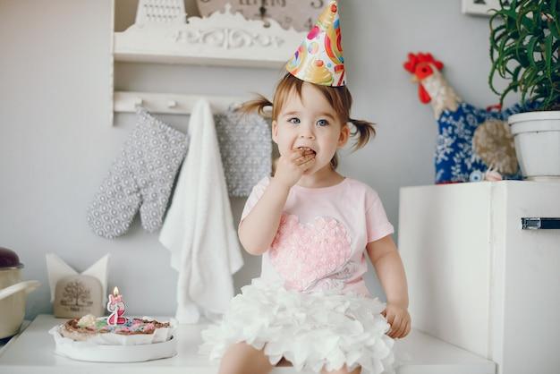 Милая маленькая девочка развлекается дома Бесплатные Фотографии