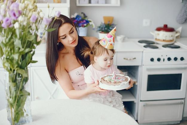 部屋で小さな娘を持つ母 無料写真