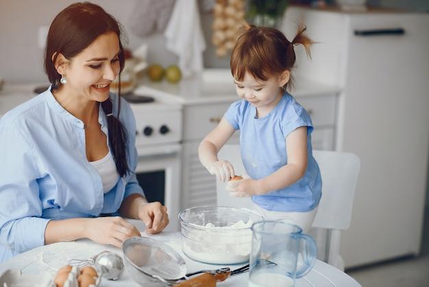 かわいい家族が台所で朝食を準備します。 無料写真