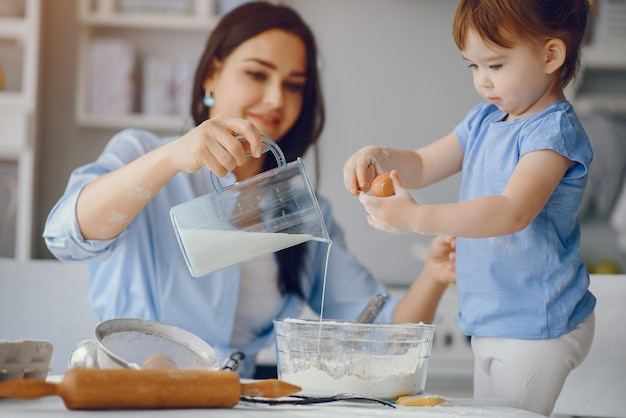 Милая семья готовит завтрак на кухне Бесплатные Фотографии