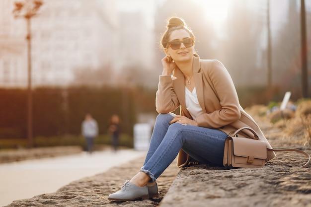 春の公園を歩いてファッションの女の子 無料写真