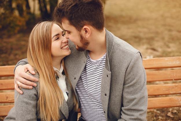 美しいカップルは秋の公園で過ごす 無料写真