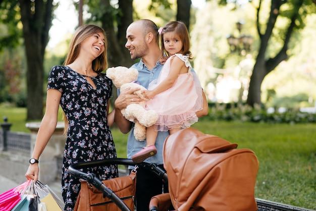 街で買い物袋を持つ家族 無料写真