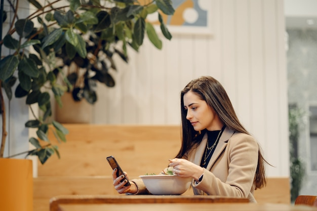 カフェに座っている美しい女の子 無料写真