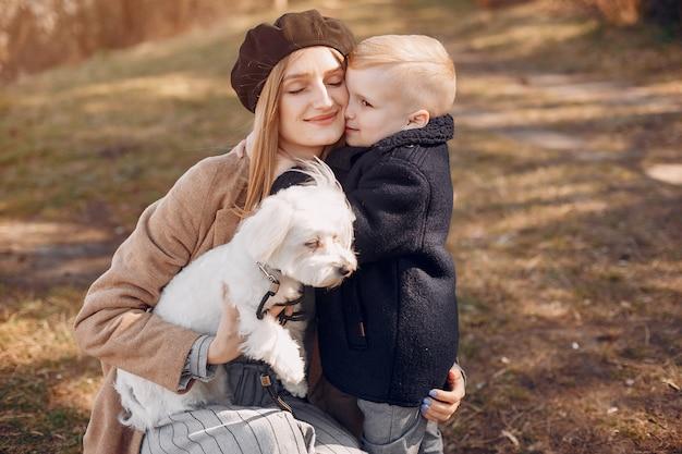 Мать с сыном, играя в парке Бесплатные Фотографии