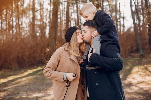 Милая семья играет в парке Бесплатные Фотографии
