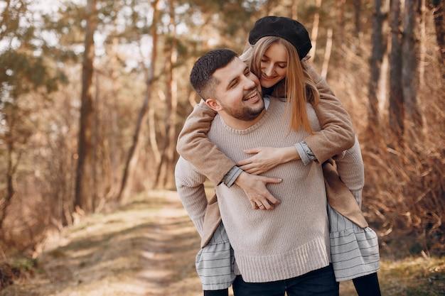 Красивая пара проводит время в парке Бесплатные Фотографии