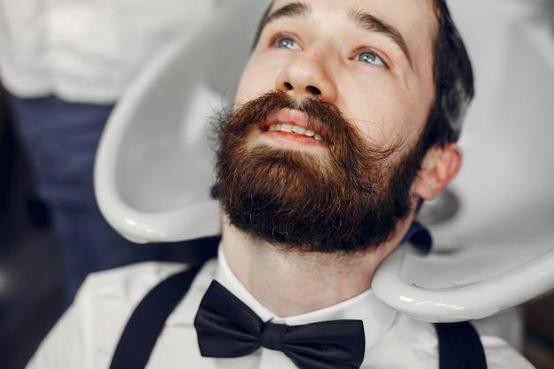 理髪店に座っているスタイリッシュな男 無料写真