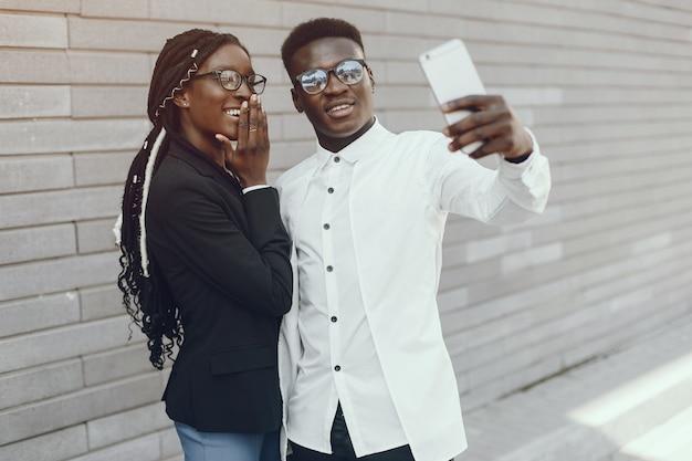 夏の街でエレガントな黒いカップル 無料写真