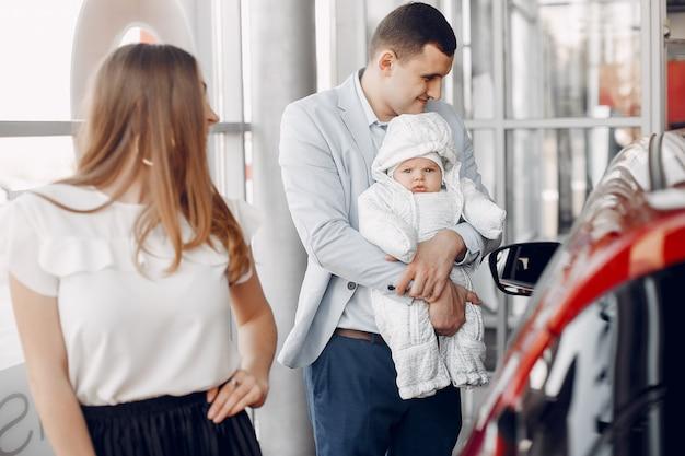 車のサロンで幼い息子を持つ家族 無料写真