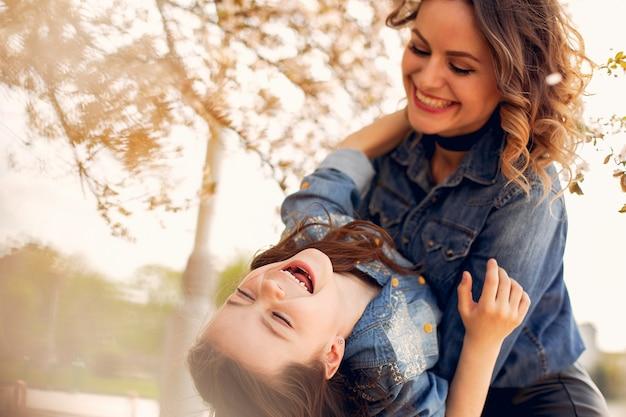春の公園でかわいい家族 無料写真