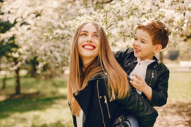 Мать с сыном, играя в парке летом Бесплатные Фотографии