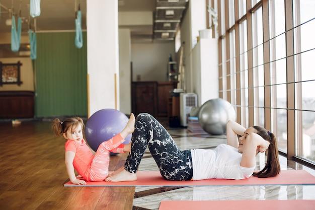 Мать и дочь тренируются в тренажерном зале Бесплатные Фотографии