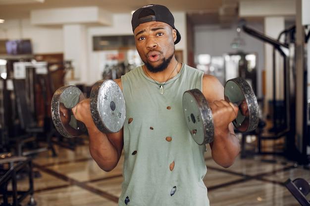 Красивый черный человек занимается в тренажерном зале Бесплатные Фотографии