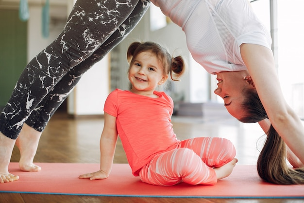 母と娘、ジムでトレーニング 無料写真