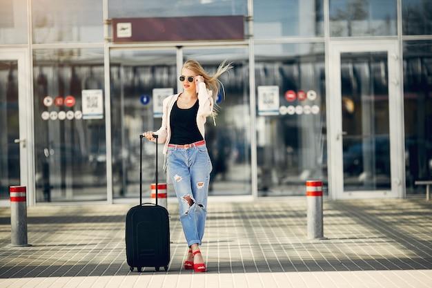 空港に立っている美しい女の子 無料写真