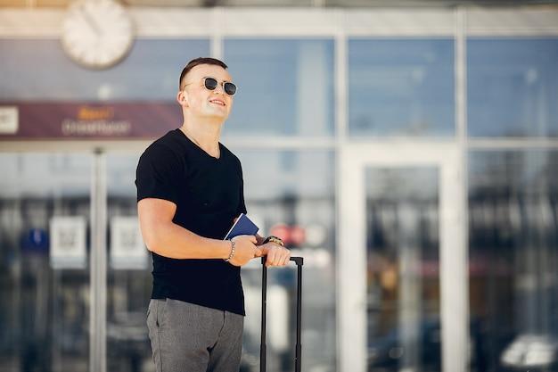 空港に立っているハンサムな男 無料写真