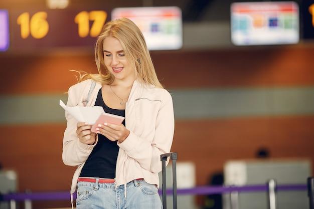 Красивая девушка, стоя в аэропорту Бесплатные Фотографии