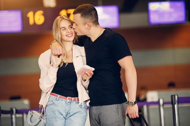 Красивая пара стоит в аэропорту Бесплатные Фотографии