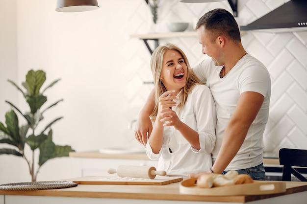 Красивая пара готовит еду на кухне Бесплатные Фотографии
