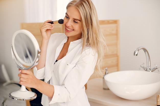 Красивая женщина, стоящая в ванной комнате Бесплатные Фотографии