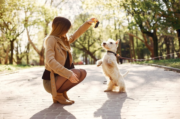 春の公園でエレガントな女の子 無料写真