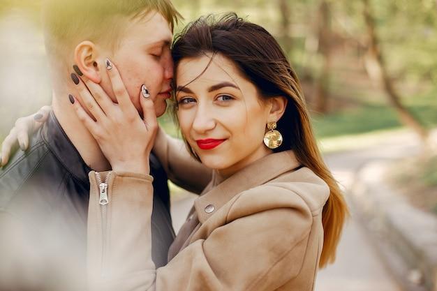 美しいカップルは春の公園で時間を過ごします 無料写真