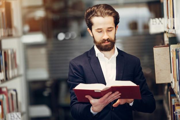 ハンサムな男は図書館で勉強 無料写真