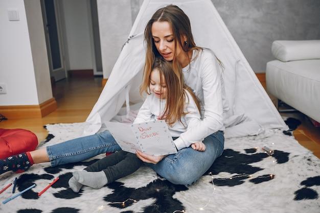 自宅で小さな娘を持つ母 無料写真