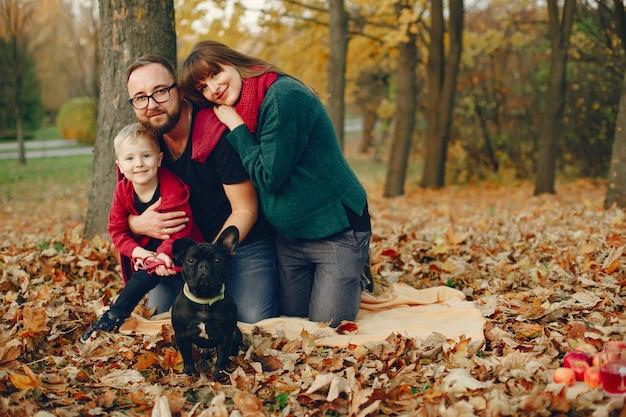 Семья с маленьким сыном в осеннем парке Бесплатные Фотографии