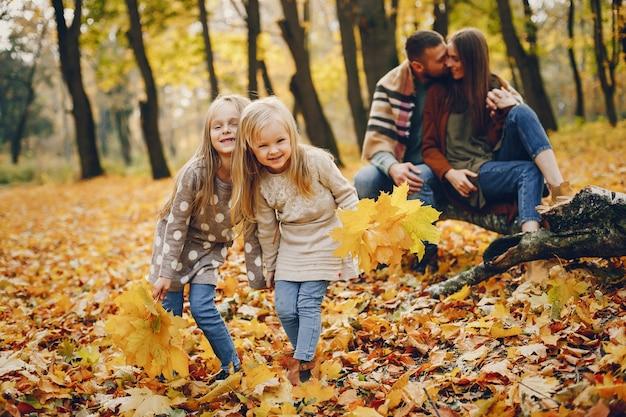秋の公園でかわいい子供たちと家族 無料写真