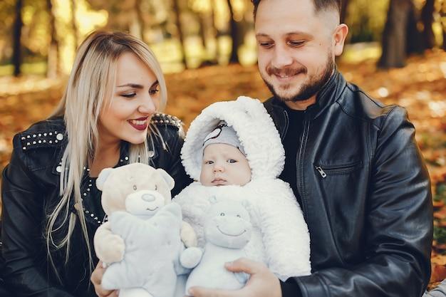 秋の公園で娘と家族 無料写真