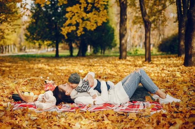 秋の公園で幼い息子を持つ家族 無料写真