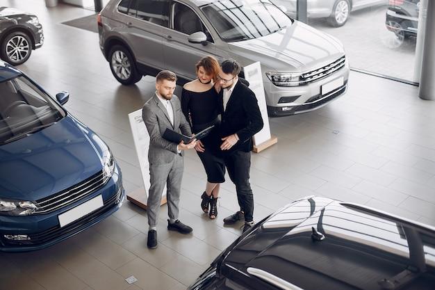 Стильная и элегантная пара в салоне автомобиля Бесплатные Фотографии