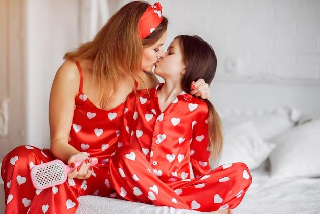 かわいい母と娘自宅パジャマ姿で 無料写真