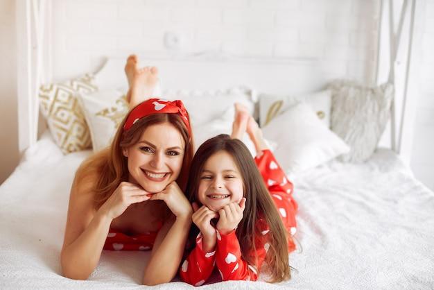 Милая мама и дочка дома в пижаме Бесплатные Фотографии