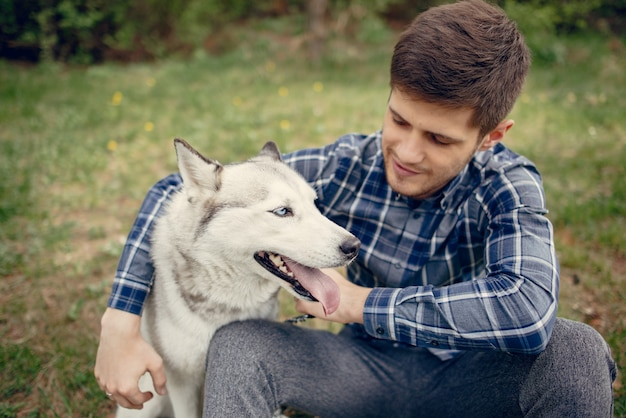 犬と夏の公園でハンサムな男 無料写真