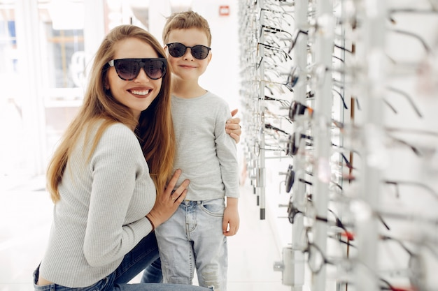 Мама с маленьким сыном в магазине очков Бесплатные Фотографии