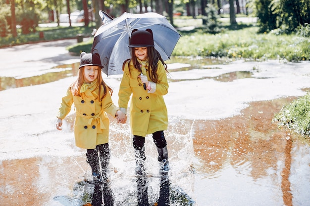 Милые дети играют в дождливый день Бесплатные Фотографии