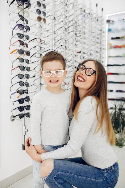 メガネ店で幼い息子を持つ母 無料写真