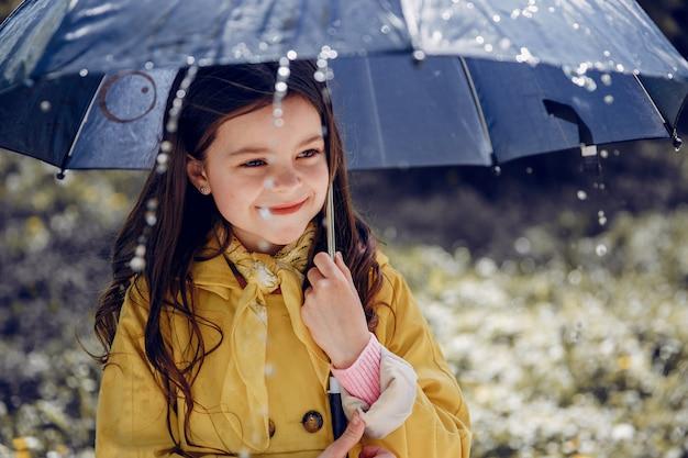 Милый ребенок, играющий в дождливый день Бесплатные Фотографии
