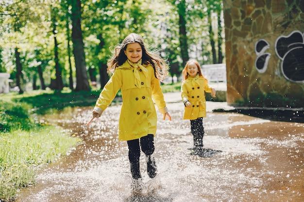 雨の日に遊ぶかわいい子供たち 無料写真
