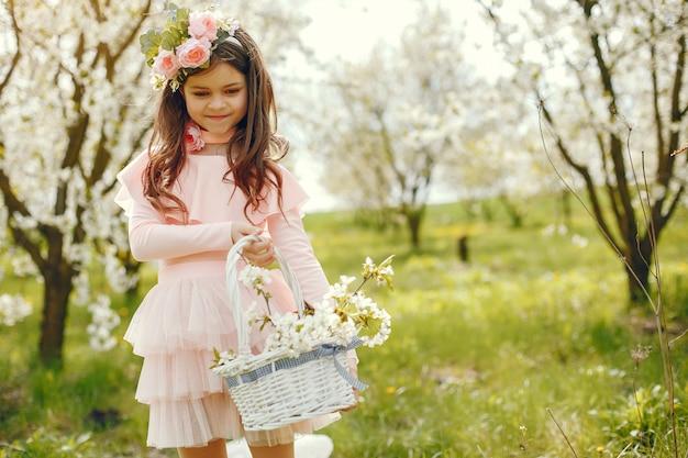 春の公園でかわいい女の子 無料写真