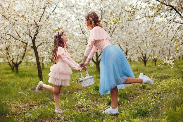 春の公園でかわいい、スタイリッシュな家族 無料写真
