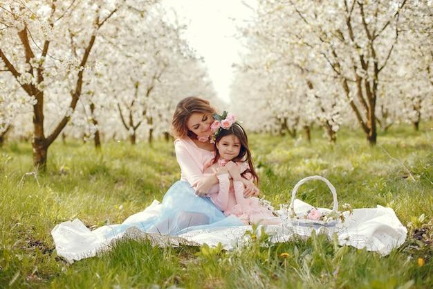 Милая и стильная семья в весеннем парке Бесплатные Фотографии