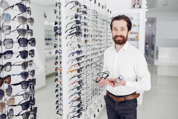 光学ショップでハンサムな男 無料写真