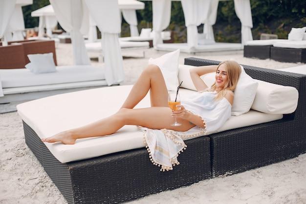 リゾートの美しくエレガントな女の子 無料写真