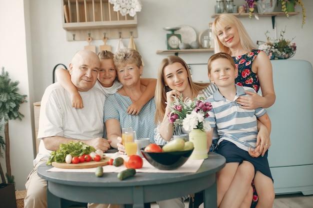 美しい大家族は台所で食事を準備します 無料写真