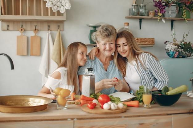 美しい家族がキッチンで食事を準備します 無料写真