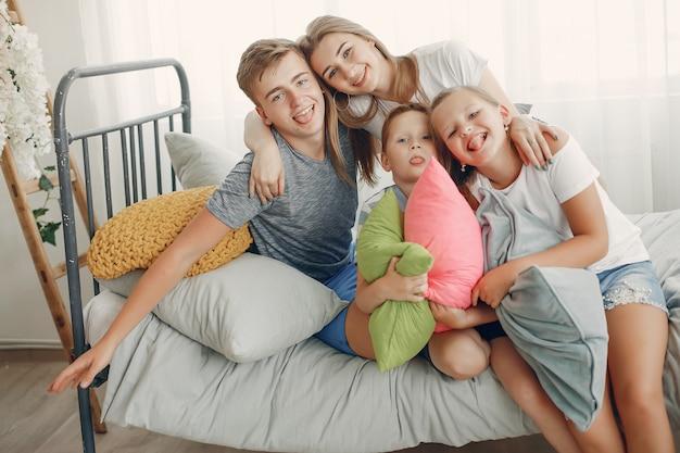 美しい家族が家で楽しい時を過す 無料写真